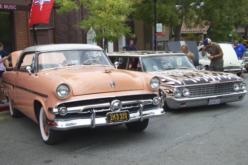 Två tappningbilar på Car Show royaltyfria foton