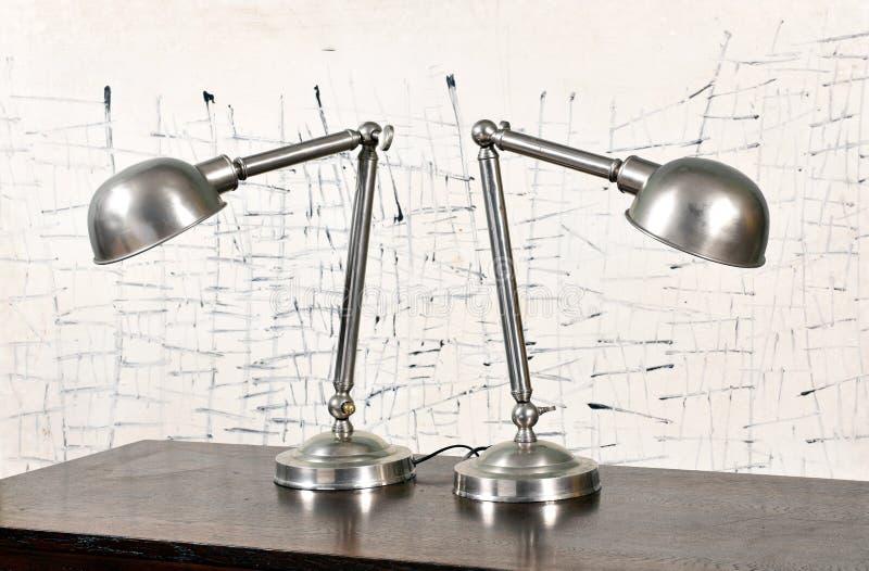 Två tappningjärnlampor med kupolformiga skuggor arkivbild