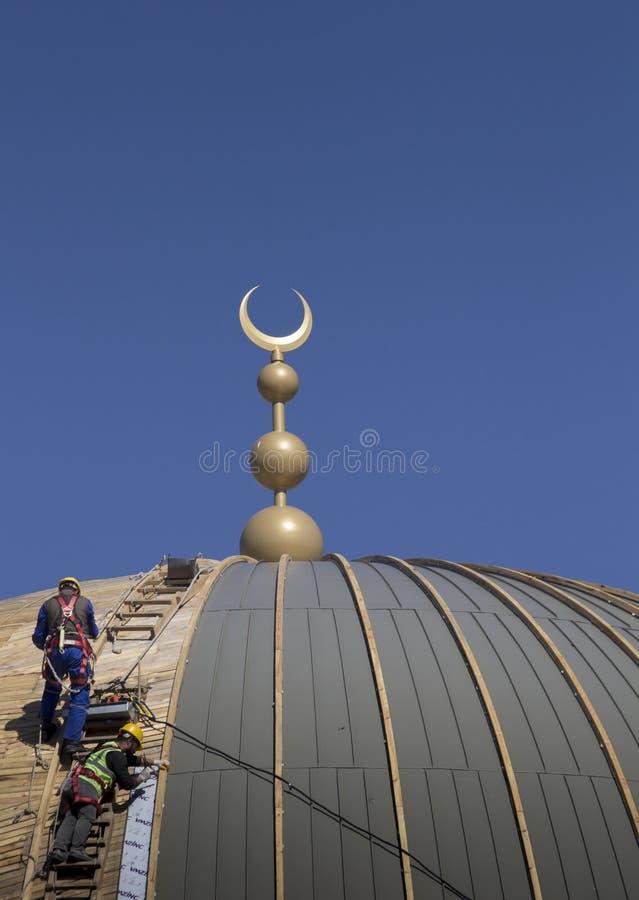 Två tekniker som kontrollerar formworken av kupolen av Taksim moskékonstruktion royaltyfri fotografi