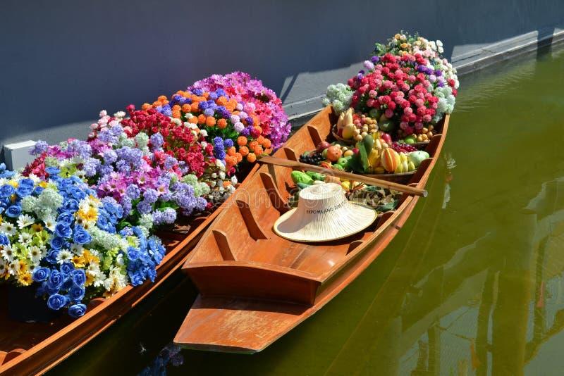 Två thailändska trätraditionella fartyg för att sväva marknaden som fylls upp med blommor på den Thailand paviljongen av EXPON Mi royaltyfri bild