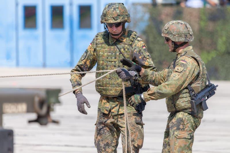 Två tjäna som soldat arbeten på en släp arkivbilder