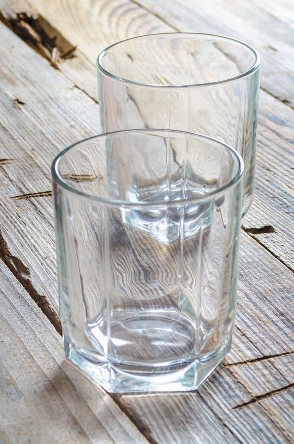 Två tomma coctailexponeringsglas fotografering för bildbyråer