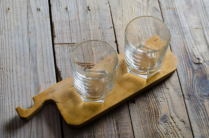 Två tomma coctailexponeringsglas royaltyfria foton