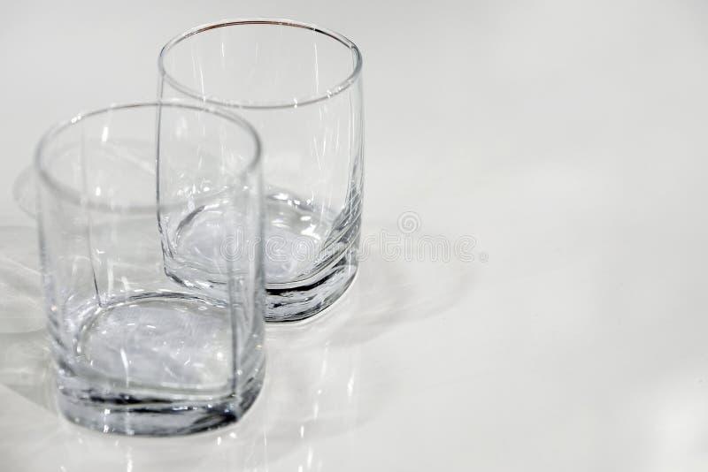 Två tomma exponeringsglas närbildsikt från över den tomma yttersidan av tabellen fotografering för bildbyråer