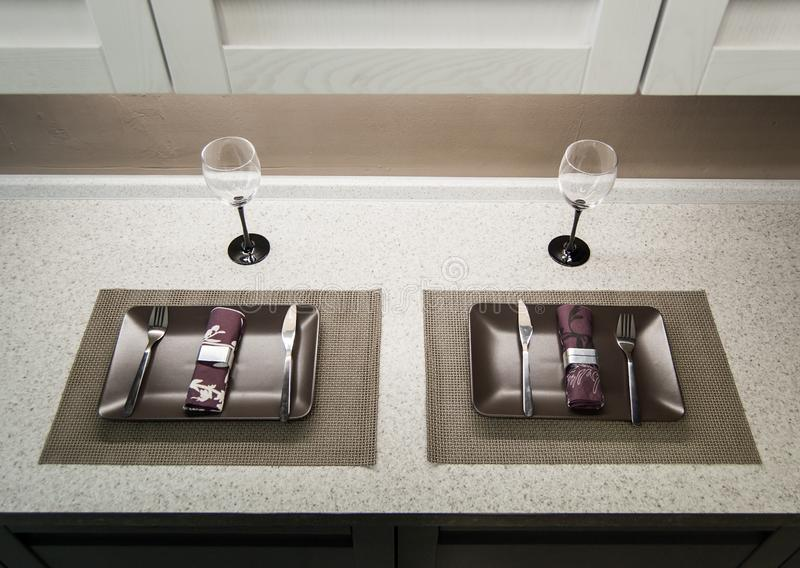 Två tomma exponeringsglas, plattor och servetter på tabletopen som förbereds för lunch eller matställe Top besk?dar fotografering för bildbyråer