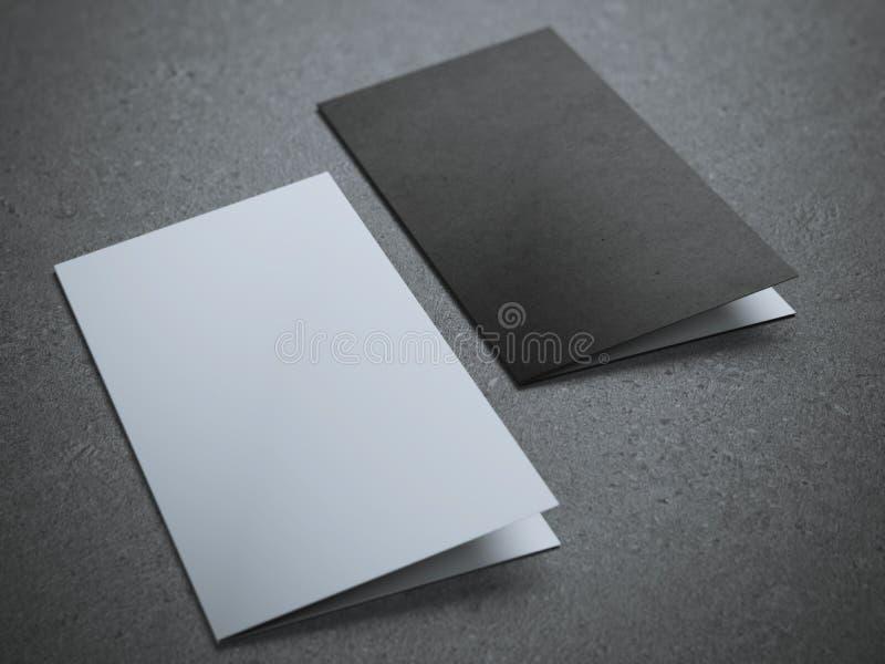 Två tomma halva-veck broschyrer royaltyfria foton