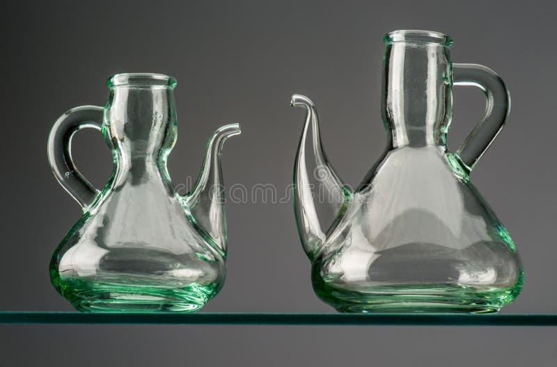 Två tomma lantliga crystal oljekannor royaltyfri bild