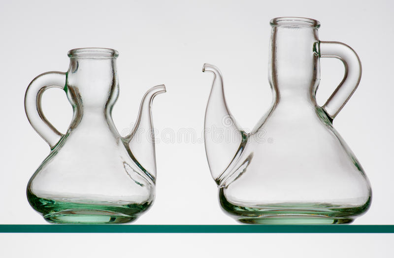 Två tomma lantliga crystal oljekannor arkivbilder
