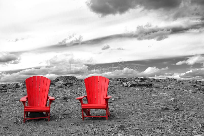 Två tomma röda stolar royaltyfri foto