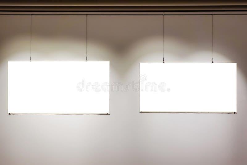 Två tomma ramar på väggen i banan för mellanrum för konstgallerimuseumutställning den vita isolerade snabba royaltyfria foton