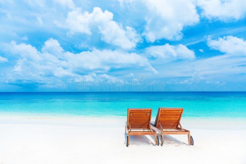 Två tomma sunbed på stranden royaltyfri bild