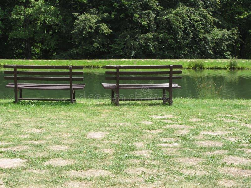 Tv? tomma tr?b?nkar framme av sj?n Ett st?lle som ska kopplas av i den Orecchiella naturreserven, parkerar Tuscany Lucca, Italien arkivbild