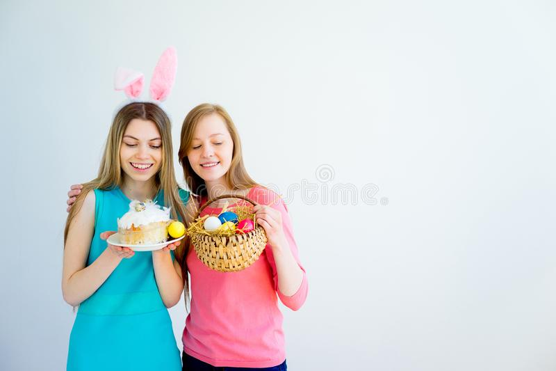 Två tonåriga systrar som firar easter arkivfoto