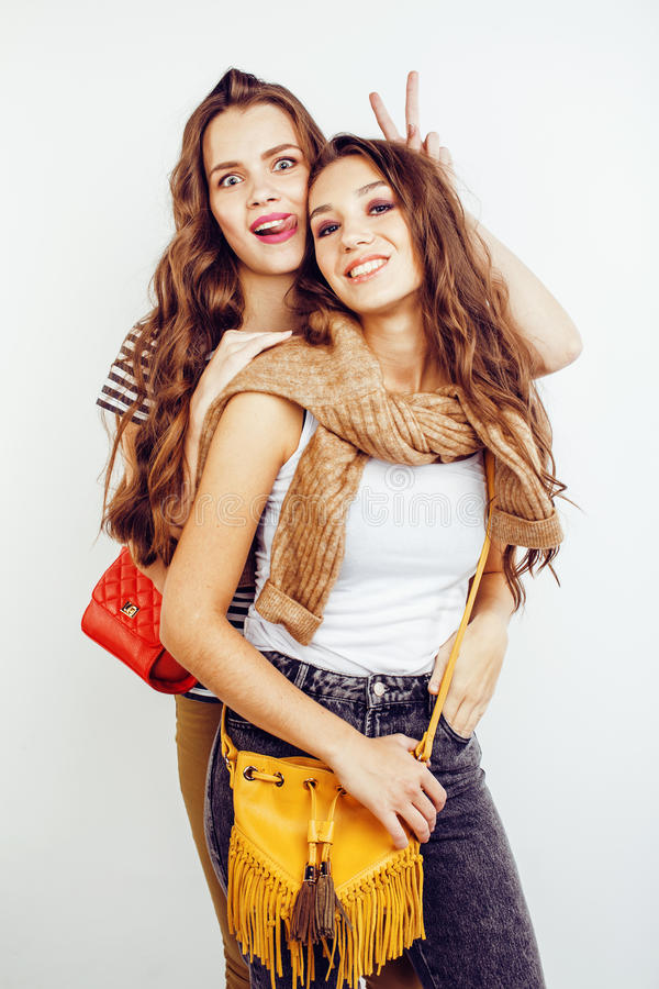 Två tonårs- flickor för bästa vän som har tillsammans gyckel, posera som är emotionellt på vit bakgrund, lyckligt le för besties royaltyfri fotografi