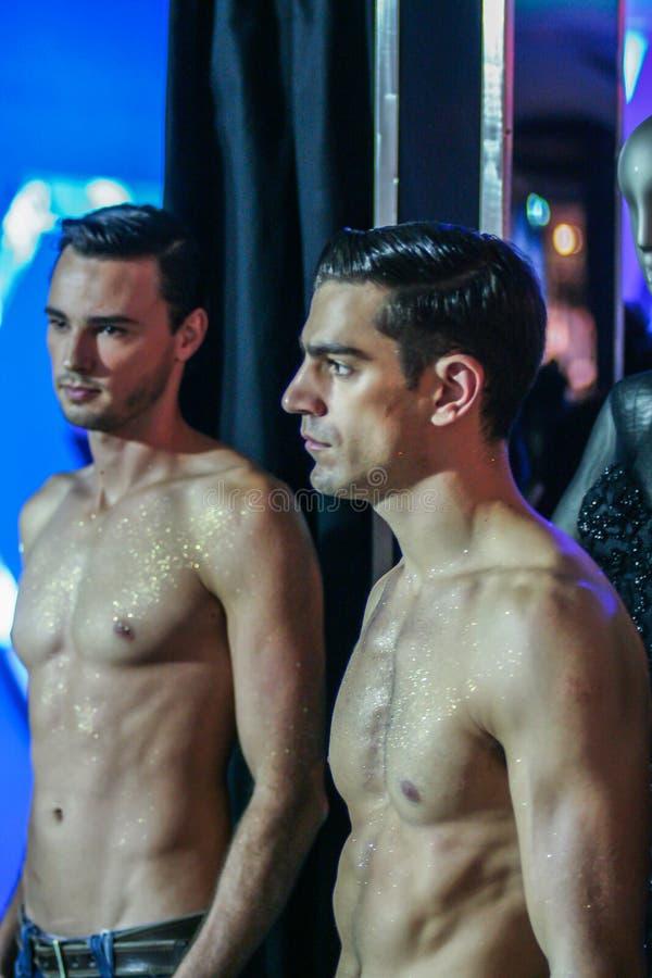 Två topless modeller på modeshowen royaltyfri bild