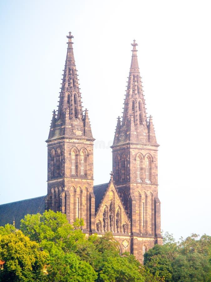 Två torn av basilika av St Peter och Paul i det Vysehrad komplexet, Prague, Tjeckien royaltyfria bilder