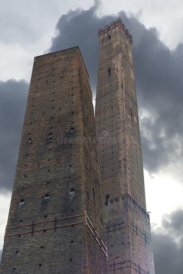 Två torn av bolognaen, tornet Asinelli och tornet Garisenda, Italien arkivfoton