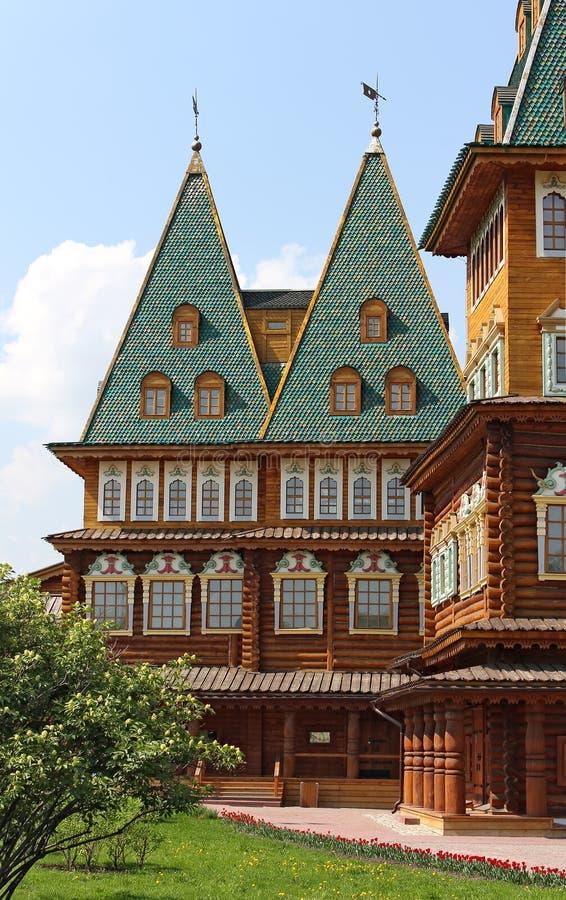 Två torn av gammal rysk kunglig slott royaltyfri foto