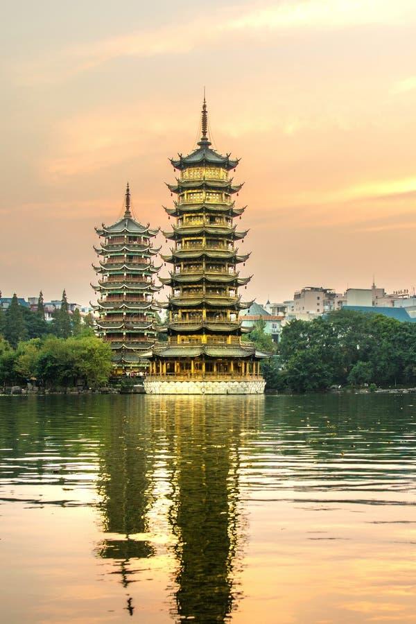 Två torn i Guilin Kina på solnedgången arkivbilder