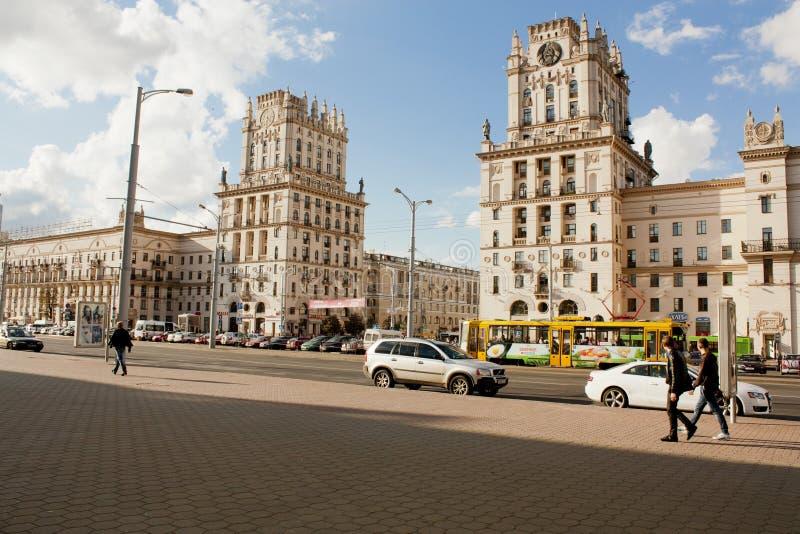Två torn på järnvägsstationfyrkanten som är bekant som stadsportar i Minsk, Vitryssland arkivfoto