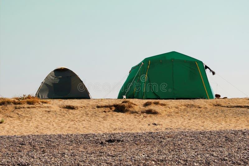 Två touristic tält på en strand royaltyfri fotografi