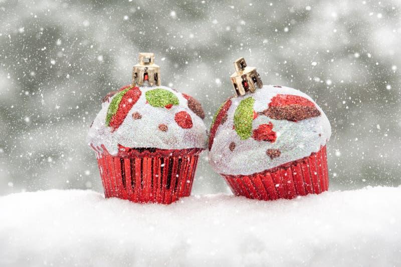 Två toytårtor på snow royaltyfri fotografi