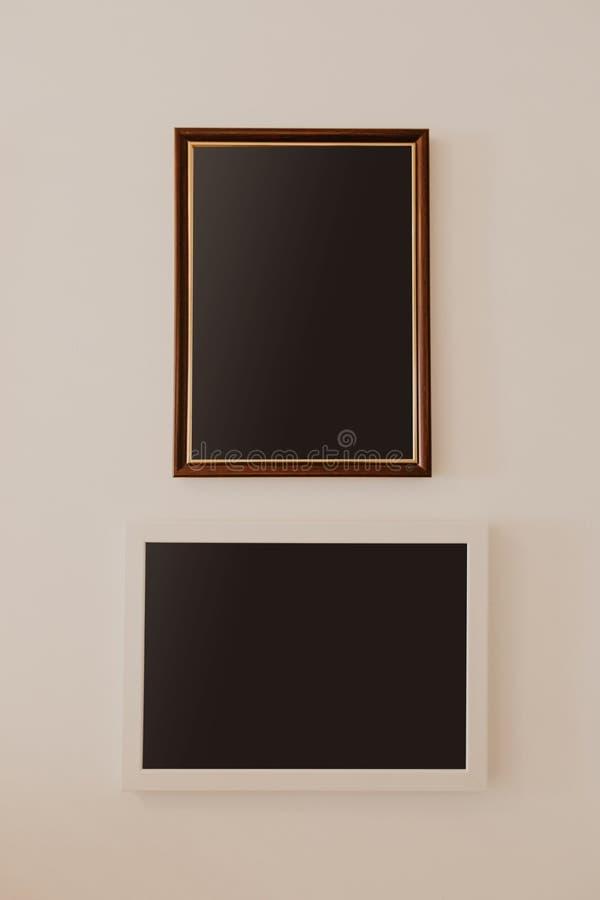 Två träramar som hänger på väggen med textstället royaltyfria bilder
