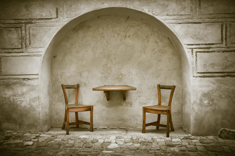 Två trästolar och tabell arkivbild