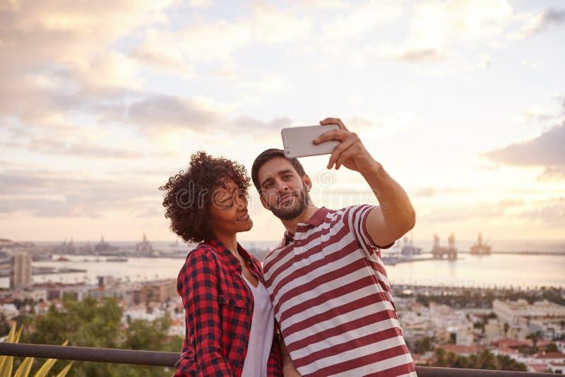 Två trevliga ungar som tar en selfie royaltyfria foton