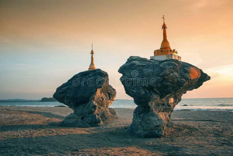 Två tvilling- pagoder, Burma royaltyfria bilder