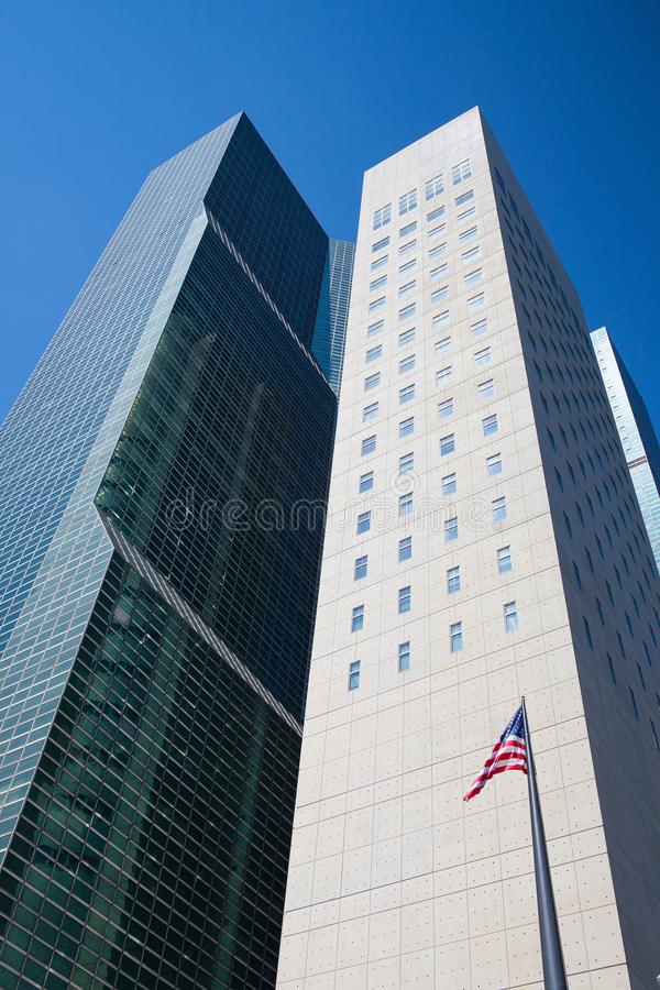 Två typiska skyskrapor i New York royaltyfria foton