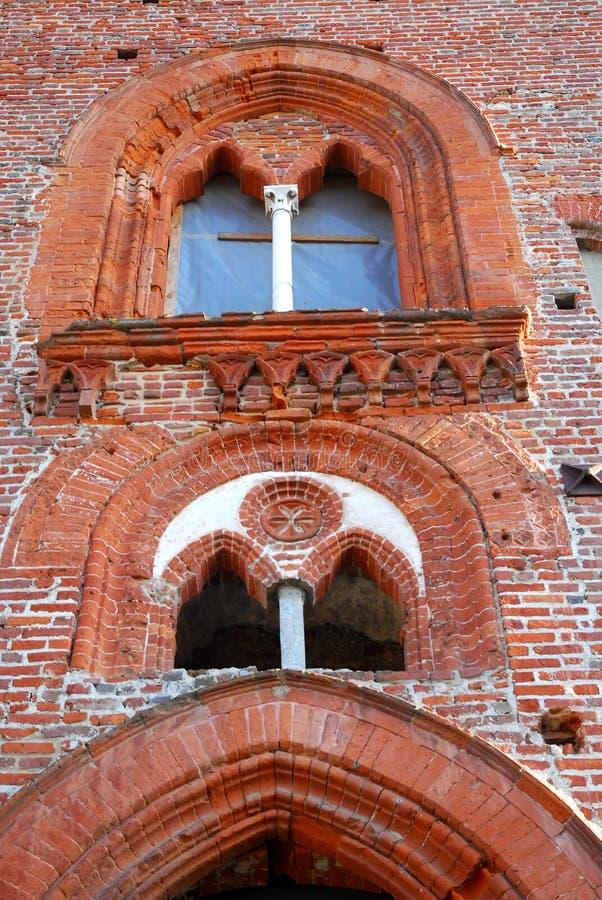 Två underbara spröjsade fönster i slotten av Vigevano nära Pavia i Lombardy (Italien) fotografering för bildbyråer