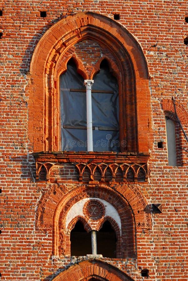 Två underbara spröjsade fönster i slotten av Vigevano nära Pavia i Lombardy (Italien) royaltyfria foton