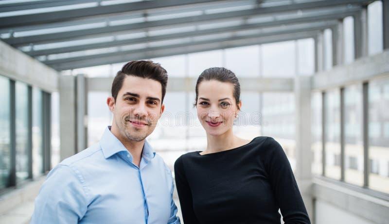 Två unga arkitekter som i regeringsställning står och att se kameran royaltyfria foton