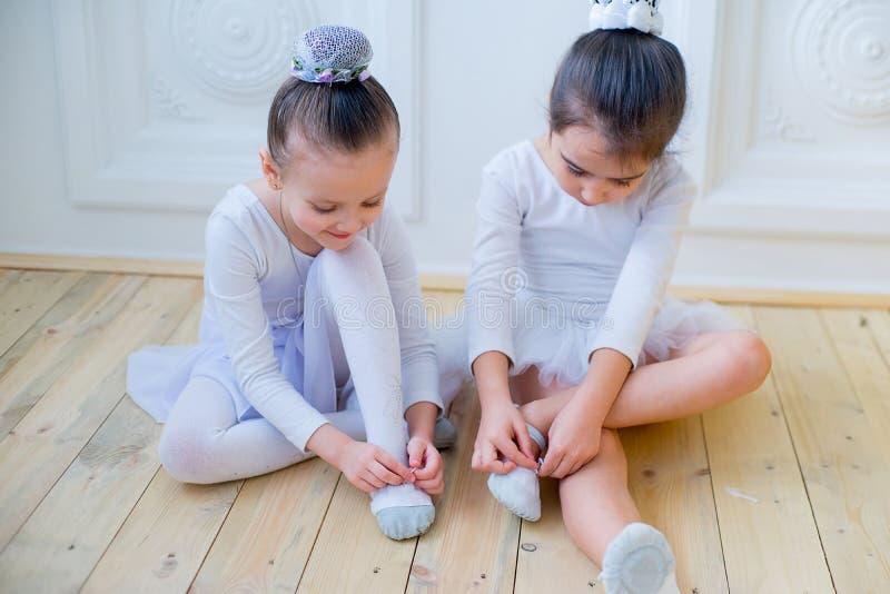 Två unga balettdansörer som förbereder sig för kurs royaltyfria bilder