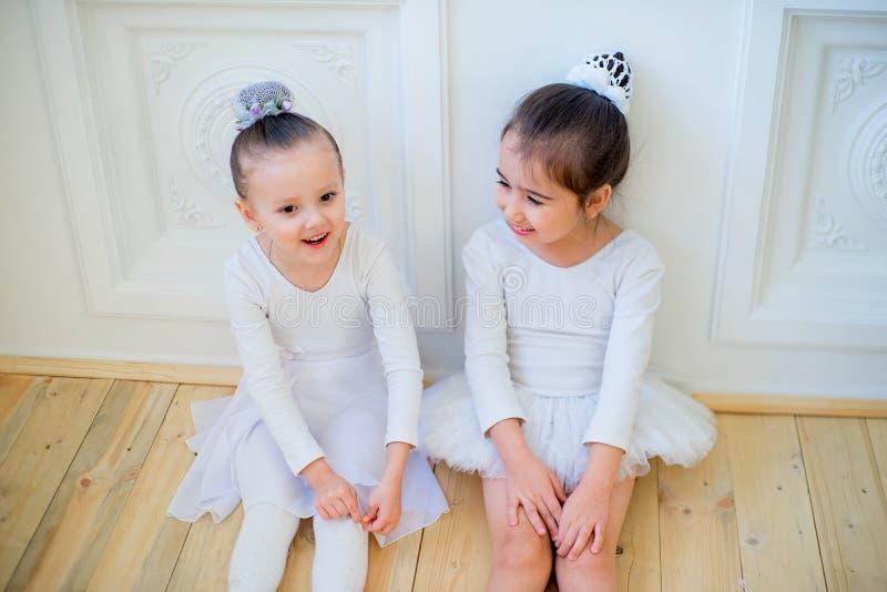 Två unga balettdansörer som talar sig arkivfoton