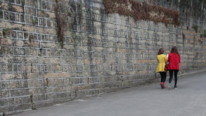 Två unga damer som går på den Gulangyu ön i Kina fotografering för bildbyråer