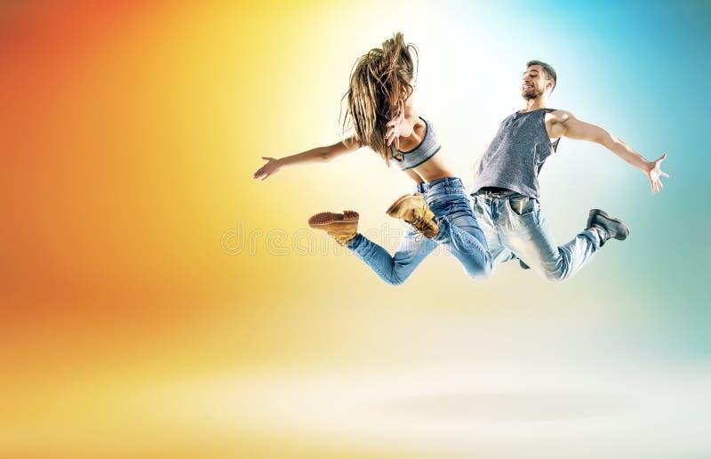 Två unga dansare som öva i stor studio arkivfoto