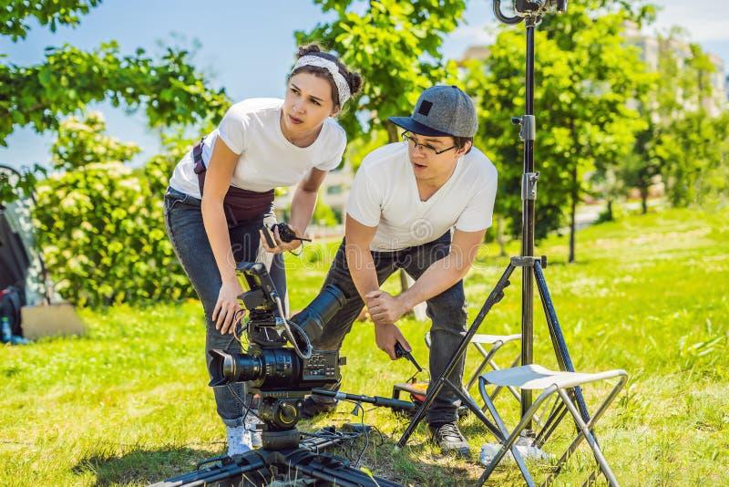 Två unga filmskapare på en yttre uppsättning för kommersiell produktion arkivbilder