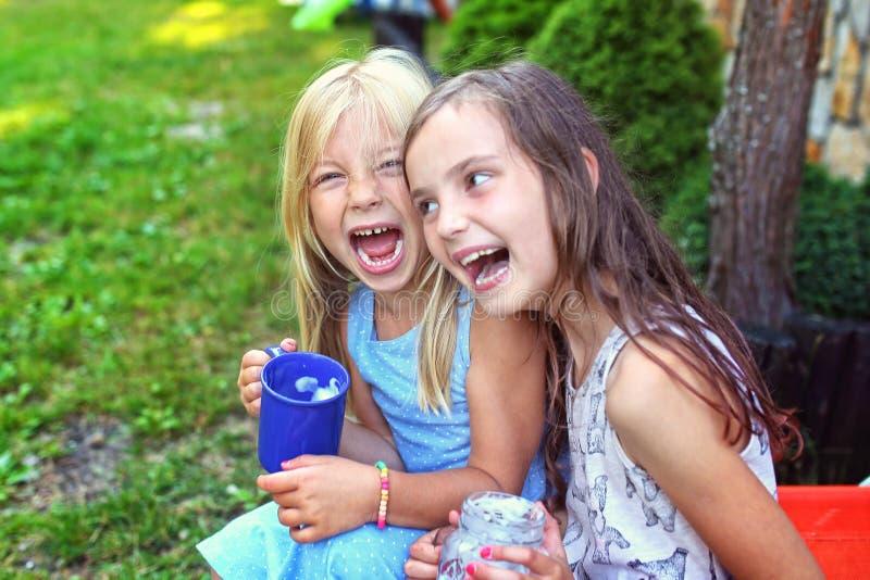 Två unga flickor har gyckel utanför royaltyfria foton