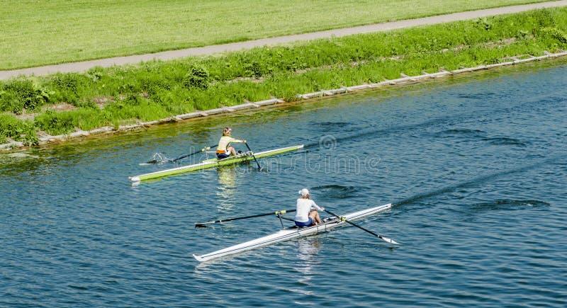Två unga flickor i kanoter arkivbild