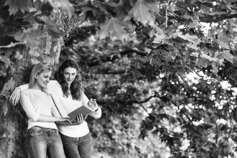Två unga flickor läste boken arkivbilder