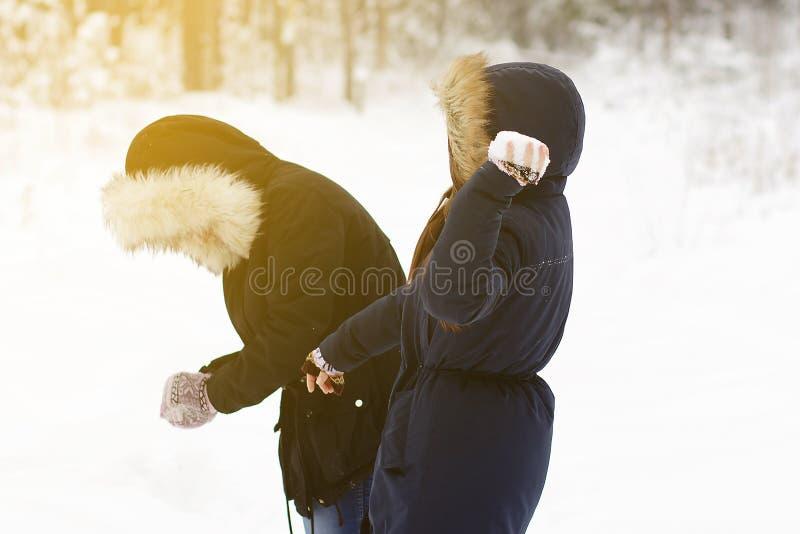 Två unga flickor spelar kastar snöboll royaltyfri fotografi
