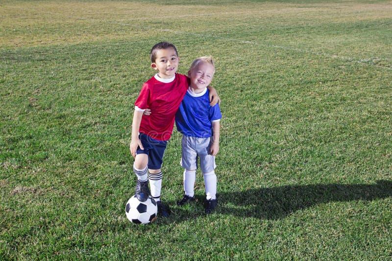 Två unga fotbollspelare på fältet arkivfoto