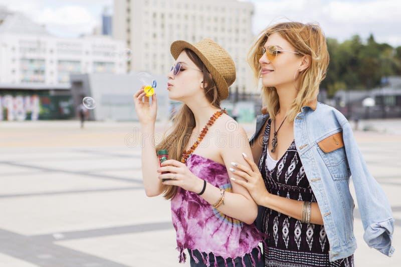 Två unga härliga blonda hipsterflickor på sommardagen som har fu fotografering för bildbyråer