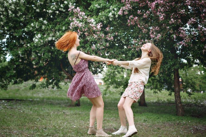 Två unga härliga flickor som har gyckel royaltyfri bild