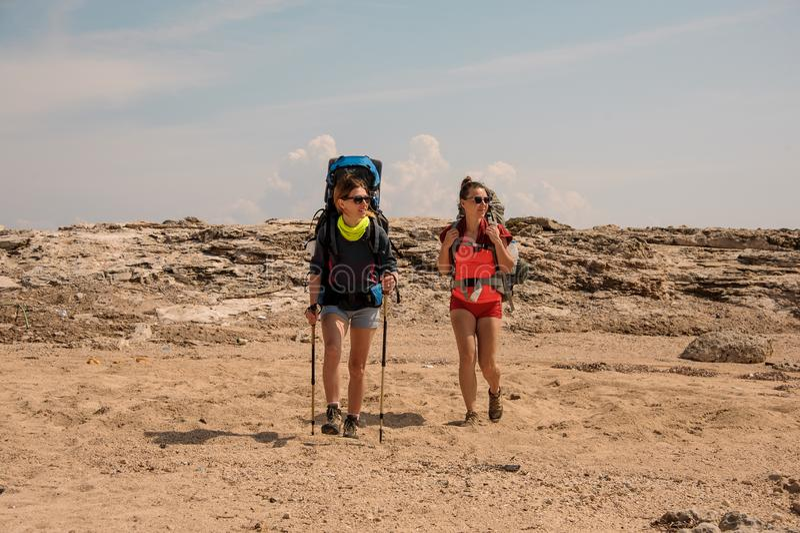 Två unga kvinnliga handelsresande i kullarna royaltyfria bilder