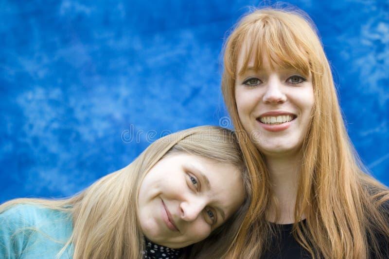 två unga kvinnor royaltyfri fotografi