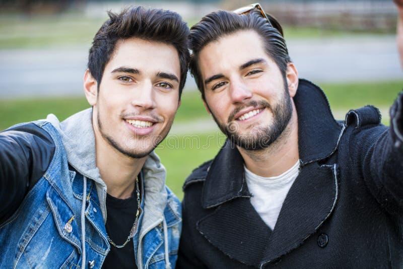 Två unga män som tar selfie royaltyfria foton