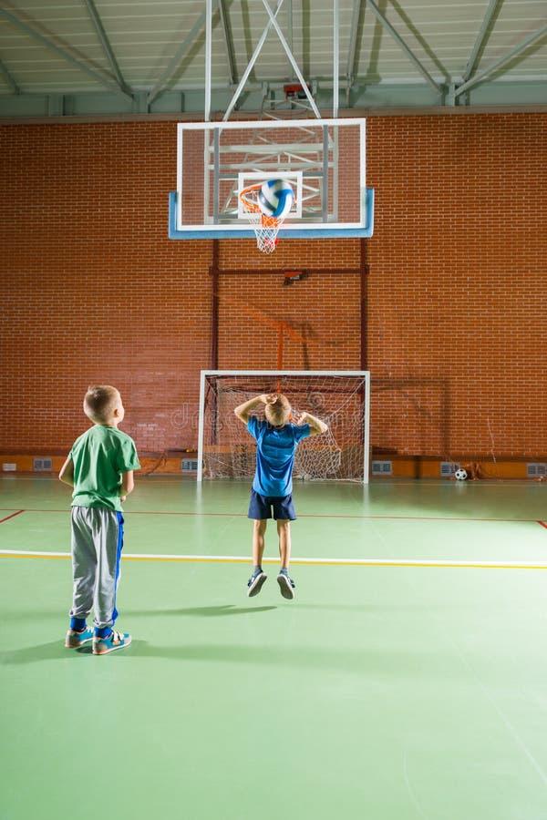 Två unga pojkar som öva deras basket arkivbild